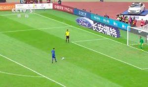 YOUTUBE - Perosevic, video rigore più sfortunato di sempre: due pali con un tiro