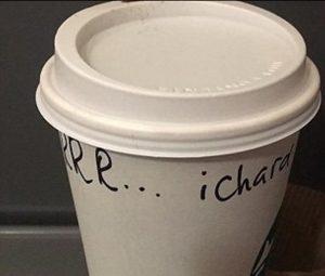 Starbucks, barista prende in giro cliente balbuziente. Sospeso