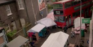 "YOUTUBE EastEnders, bus contro la folla al mercato. Polemiche: ""Come attentato Isis"""