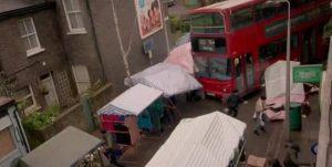 """YOUTUBE EastEnders, bus contro la folla al mercato. Polemiche: """"Come attentato Isis"""""""
