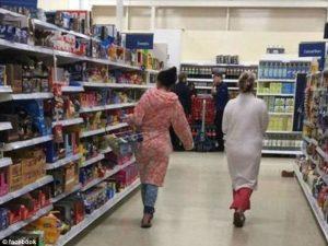 Spesa al supermercato in pigiama cliente indignato pubblica FOTO su Facebook6
