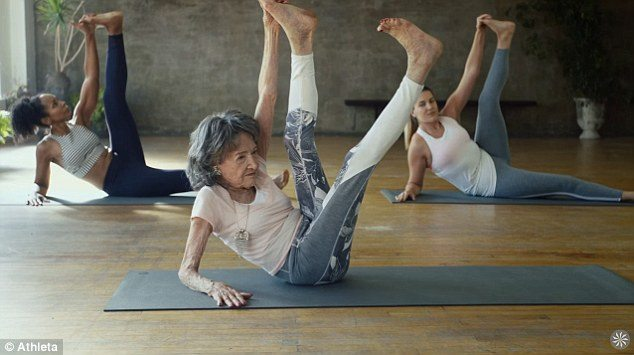 Tao Porchion Lynch insegnante di Yoga a 98 anni