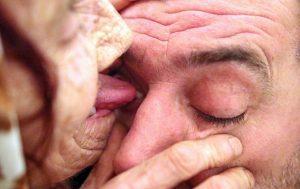 Usa la lingua per togliere oggetti estranei dagli occhi
