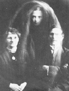 Fantasmi e fotografie spiritiche per comunicare con l'aldilà: bufala...degli anni '20