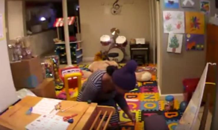 YOUTUBE Babysitter punisce bimbo bruciandolo con un arricciacapelli