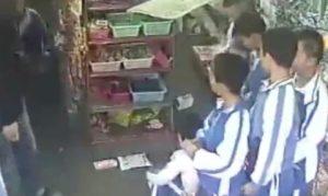 Zio afferra nipote e la lancia contro scaffalatura negozio