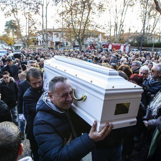 Roma, crolla palazzina Acilia: folla a funerali Debora e Aurora8