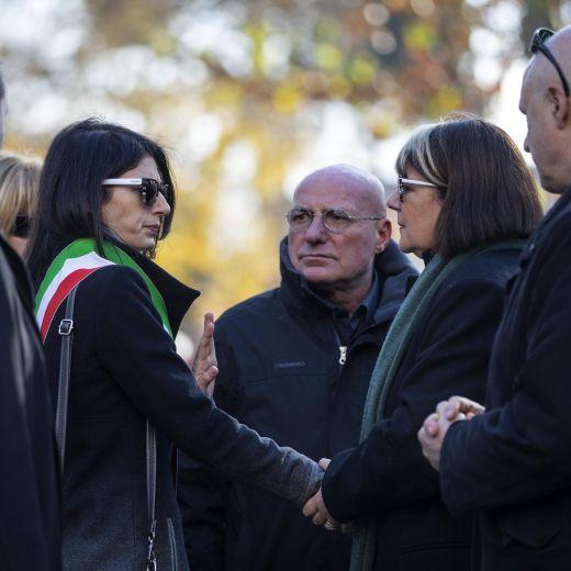 Roma, crolla palazzina Acilia: folla a funerali Debora e Aurora5