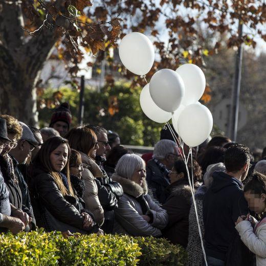 Roma, crolla palazzina Acilia: folla a funerali Debora e Aurora2