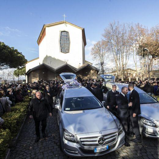 Roma, crolla palazzina Acilia: folla a funerali Debora e Aurora