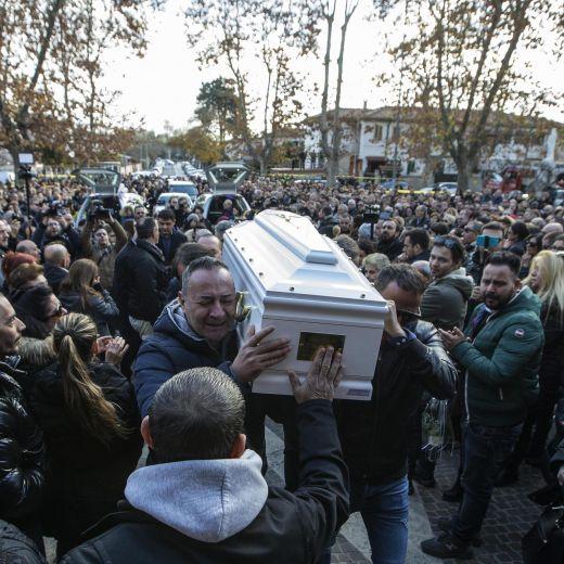 Roma, crolla palazzina Acilia: folla a funerali Debora e Aurora7
