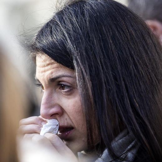 Roma, crolla palazzina Acilia: folla a funerali Debora e Aurora6