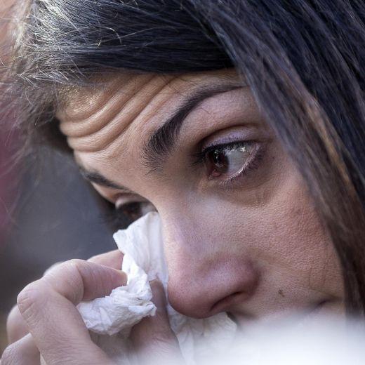 Roma, crolla palazzina Acilia: folla a funerali Debora e Aurora14
