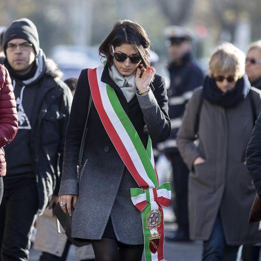 Roma, crolla palazzina Acilia: folla a funerali Debora e Aurora11
