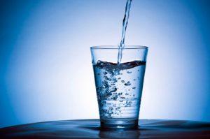 Detersivo con soda caustica nella bottiglia dell'acqua al bar: 2 clienti in ospedale