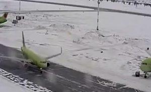 YOUTUBE Aereo scivola su pista ghiacciata: collisione evitata di un soffio