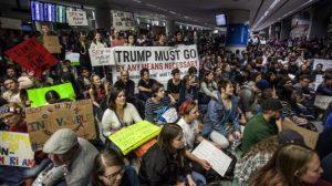 """Stop all'immigrazione. Giudice federale contro Trump: """"No alle espulsioni"""""""
