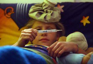 Divano, maniglie, federe: Influenza e raffreddore, ecco dove si nasconde il virus in casa