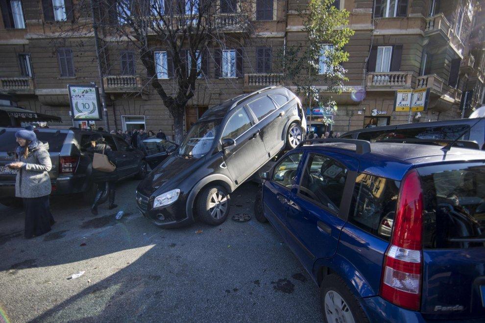 Roma: suv impazzito in retromarcia travolge auto a piazza Mazzini FOTO