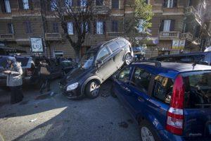 Roma: suv impazzito in retromarcia travolge auto a piazza Mazzini8