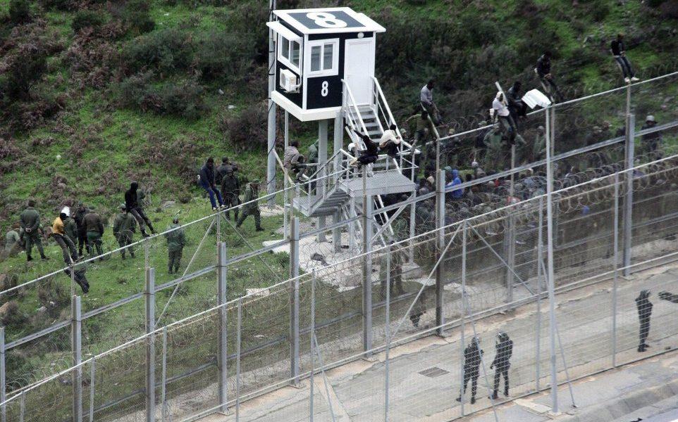 Ceuta: cercano di entrare in Spagna nascosti nel cruscotto2