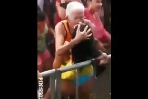 YOUTUBE Anziano balla con ragazza poco vestita al rave e...