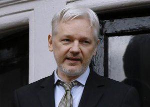 """Julian Assange cambia ancora idea: """"Mi consegnerò agli Usa"""". Quando non si sa"""