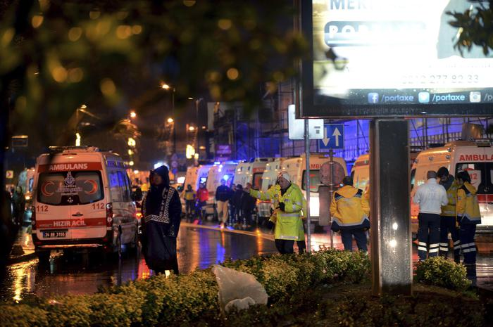 Istanbul, attentato al night club vestiti da Babbo Natale: almeno 35 morti10