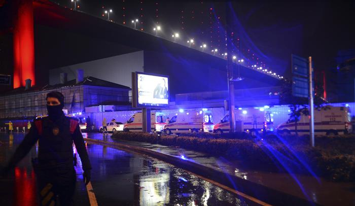 Istanbul, attentato al night club vestiti da Babbo Natale: almeno 35 morti01