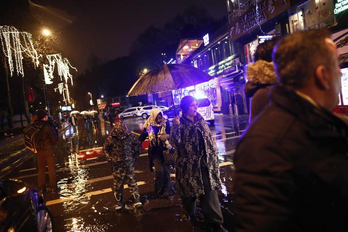 Istanbul, attentato al night club vestiti da Babbo Natale: almeno 35 morti02