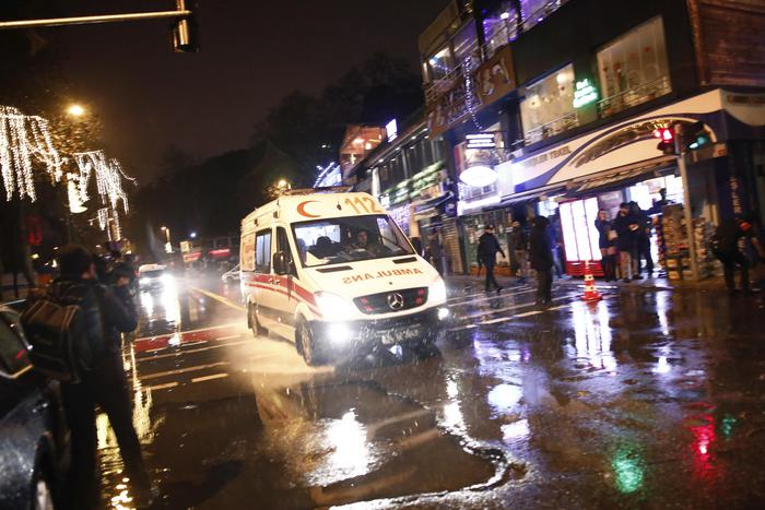 Istanbul, attentato al night club vestiti da Babbo Natale: almeno 35 morti03