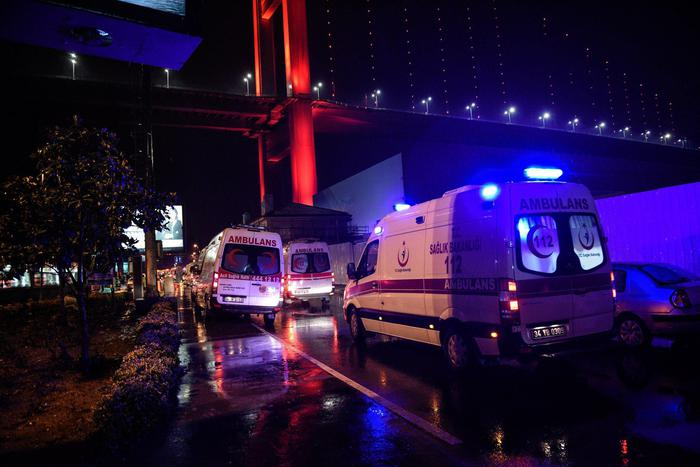 Istanbul, attentato al night club vestiti da Babbo Natale: almeno 35 morti05
