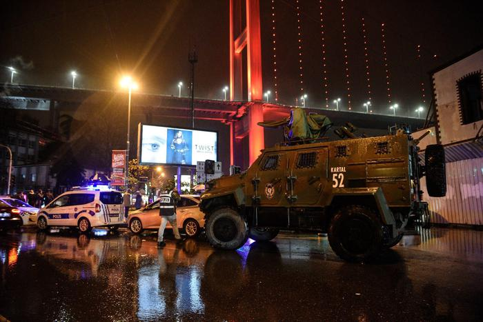 Istanbul, attentato al night club vestiti da Babbo Natale: almeno 35 morti06