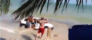 Con auto sulla spiaggia: padre furioso rompe parabrezza con un sasso
