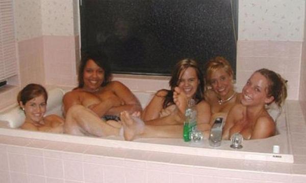 Ragazze fanno il bagno insieme, il particolare inquietante FOTO