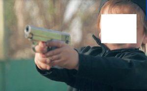 Isis, nuovo video choc: bambini puntano pistola contro i prigionieri VIDEO