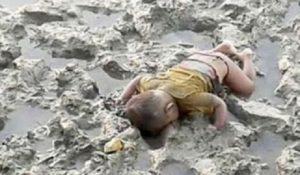 Birmania: bambino Rohingya di 16 mesi morto nel fango. FOTO virale
