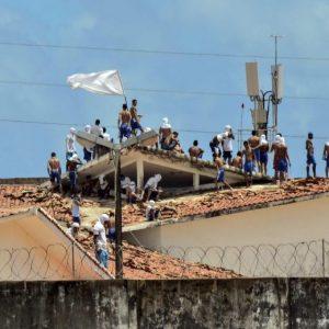 YOUTUBE Brasile, rivolta in due carceri adiacenti: 30 morti, tre decapitati FOTO