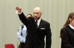 "YOUTUBE Anders Breivik rifà saluto nazista in aula: ""Ancora più estremista"""