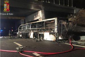 Bus ungheresi carbonizzato su A4: autista vivo, indagato per omicidio