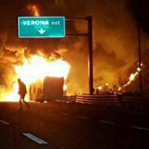 """Verona, pullman a fuoco. Testimone: """"Ho visto gente che bruciava viva"""""""