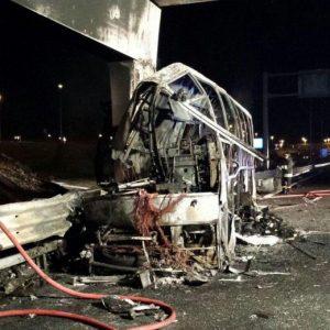 Verona, pullman di ragazzi in gita prende fuoco: 16 morti