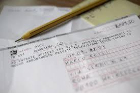 Canone Rai, nuova truffa agli anziani: false mail e finti tecnici in casa per derubarli
