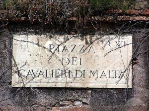 Papa Francesco ottiene la testa del Gran Maestro dei Cavalieri di Malta. I ricorsi storici