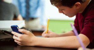 Usa cellulare in classe, glielo sequestrano: studente denuncia scuola