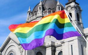 """Don Carrega al vedovo gay: """"La Chiesa vi deve chiedere scusa"""""""