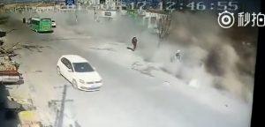 Tir senza freni travolge una fola di case: quattro morti