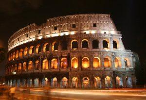 Colosseo, turisti si arrampicano su cancello e cadono: uno grave