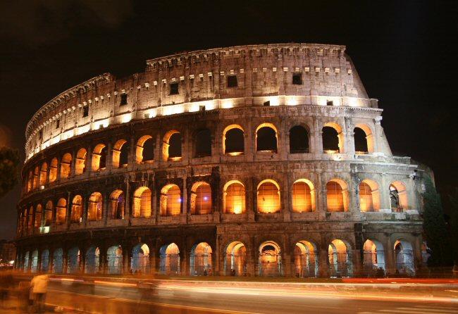 Due scritte con vernice nera: 'Morte' e 'Balto'<br /> I vandali imbrattano un pilastro del Colosseo