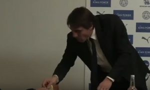 YOUTUBE Antonio Conte ruba una fetta di torta a un giornalista